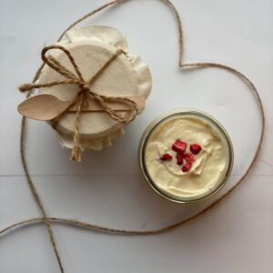 krem z białej czekolady z liofilizowanymi truskawkami